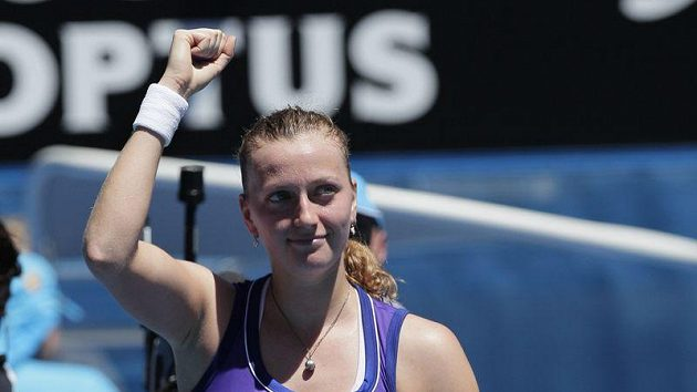 Petra Kvitová ve vítězném gestu po zápase s Věrou Duševinovou.