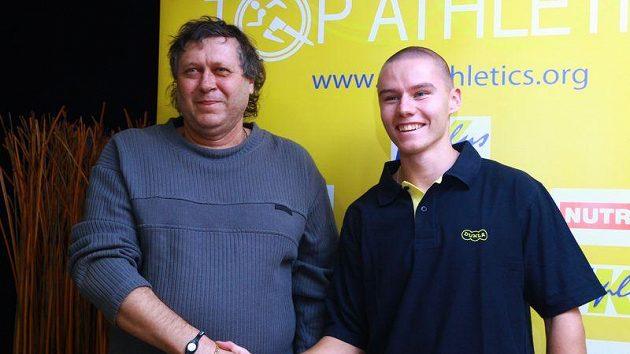 Pavel Maslák sebral Karlu Kolářovi (vlevo) po halovém už i venkovní český rekord.