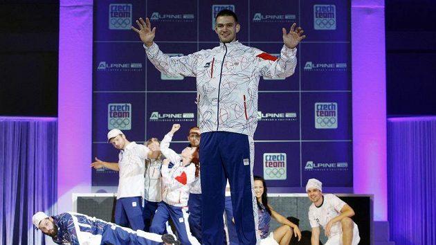Skifař Ondřej Synek předvání novou kolekci oblečení pro olympiádu v Londýně.