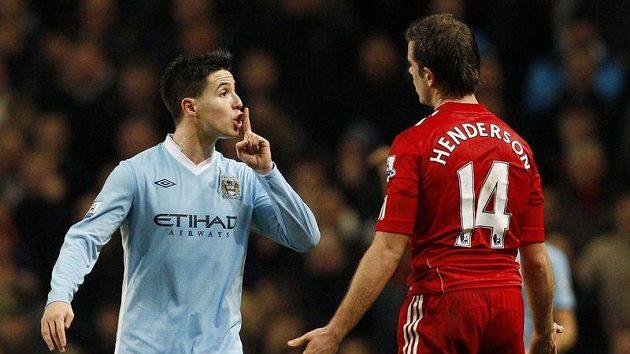 Samir Nasri z Manchesteru City (vlevo) uklidňoval gestem Jordana Hendersona z Liverpoolu. Teď ale sám rýpe do fanoušků Arsenalu.