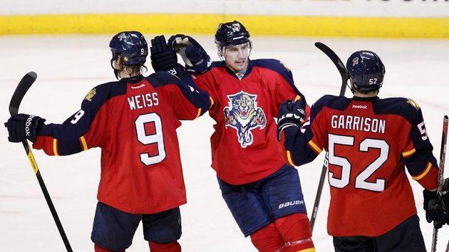 Levé křídlo Floridy Panthers Tomáš Fleischmann se raduje se spoluhráči z gólu proti Montrealu.
