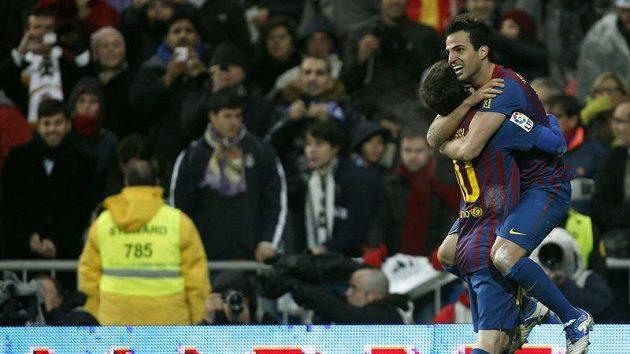 Cesc Fábregas (vpravo) oslavuje s Lionelem Messim třetí gól Barcelony v brance Realu Madrid.