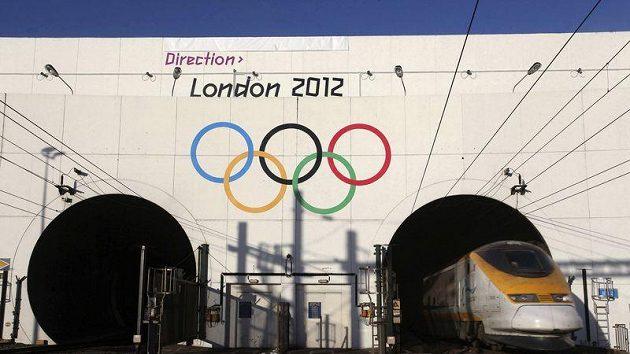 """Olympijské kruhy a nápis """"London 2012"""" zdobí od úterý vjezd do tunelu pod kanálem La Manche."""