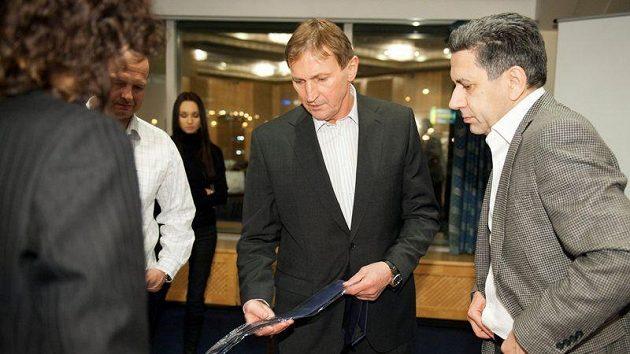 Alois Hadamczik si vybírá kravatu a po levici návrhář Bořivoj Klug.