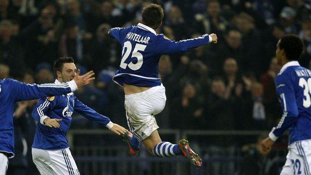 Forvard Schalke Klaas-Jan Huntelaar (uprostřed) slaví vstřelený gól v duelu s Plzní, jíž nastřílel hattrick.