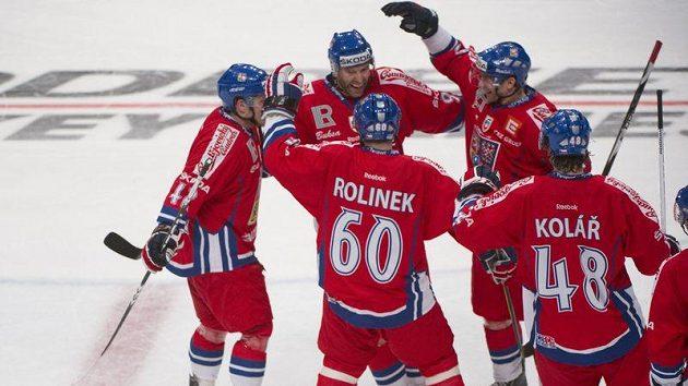 Čeští hokejisté se radují z vítězství nad Švédskem ve Stockholmu.