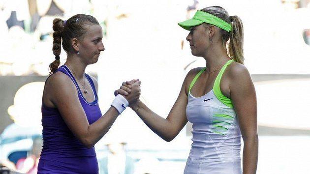 Petra Kvitová gratuluje Marii Šarapovové k vítězství v semifinále Australian Open.