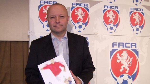 Český delegát Petr Fousek dohlíží na prestižní duel.