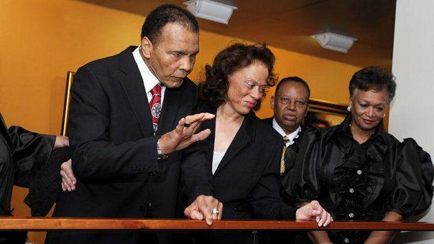 Muhammad Ali (vlevo) na oslavě svých sedmdesátých narozenin.