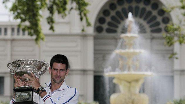 Srbský tenista Novak Djokovič pózuje s trofejí pro vítěze Australian Open