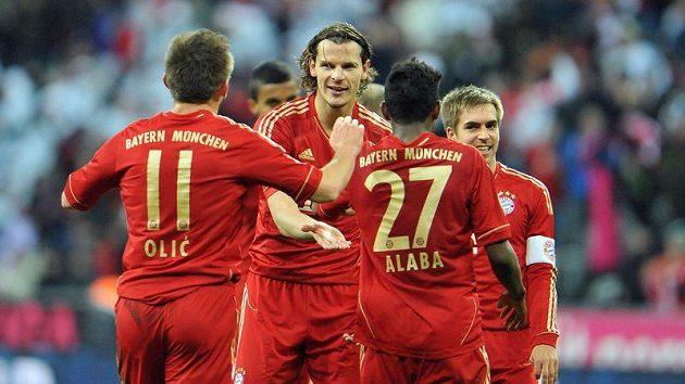 Fotbalista Bayernu Mnichov Daniel van Buyten (druhý zleva) se raduje se spoluhráči z branky.