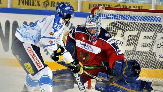 Ruský brankář Michail Birjukov a finský útočník Jarno Koskiranta v utkání Švédských hokejových her, které se hrálo pod otevřeným nebem v Helsinkách.