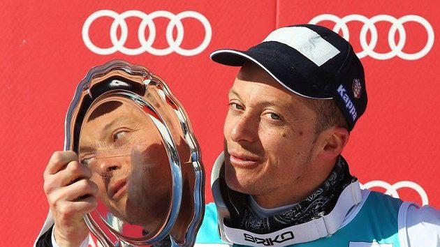 Ital Massimiliano Blardone s trofejí za výhru při obřím slalomu v Crans Montaně
