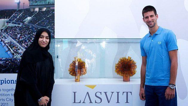 Srbský tenista Novak Djokovič s trofejemi pro vítěze turnaje v Abú Zabí, které vyrobila česká sklářská firma Lasvit. Vedle něho stojí návrhářka Alya Al Zaabi.