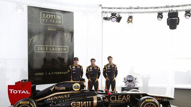 Piloti stáje Lotus (zleva) Kimi Räikkönen, Jerome d´Ambrosio a Romain Grosjean s novým vozem