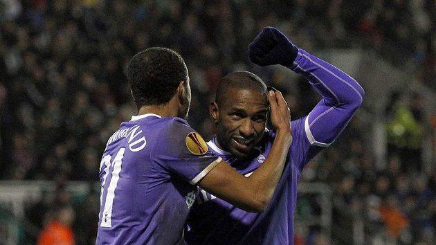 Jermain Defoe a Andros Townsend (vlevo) se radují z gólu Tottenhamu do sítě Shamrock Rovers v Evropské lize.