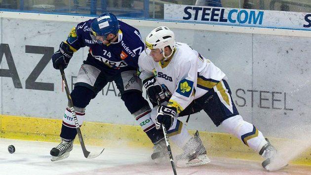 Ctirad Ovčačík z Vítkovic (vlevo) bojuje o puk s kladenským Jakubem Valským.