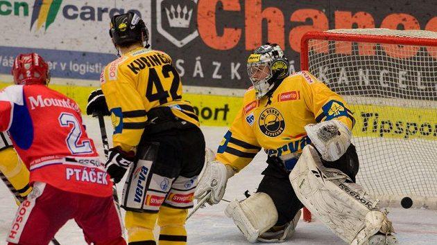 Litvínovský brankář Martin Volke dostává třetí gól na ledě Českých Budějovic.