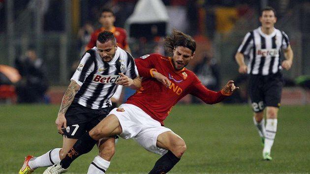 Simone Pepe z Juventusu (vlevo) bojuje o míč s Osvaldem z AS Řím.