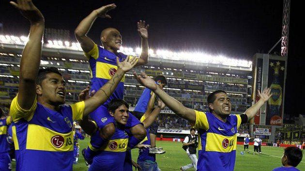 Hráči Boca Juniors se radují z mistrovského titulu.