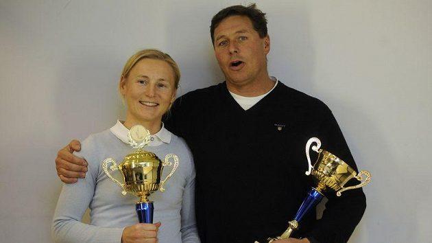Absolutní vítězka ankety Jachtař roku 2011 Veronika Fenclová (vlevo) a vítěz kategorie mužů Michael Maier na slavnostním vyhlášení výsledků