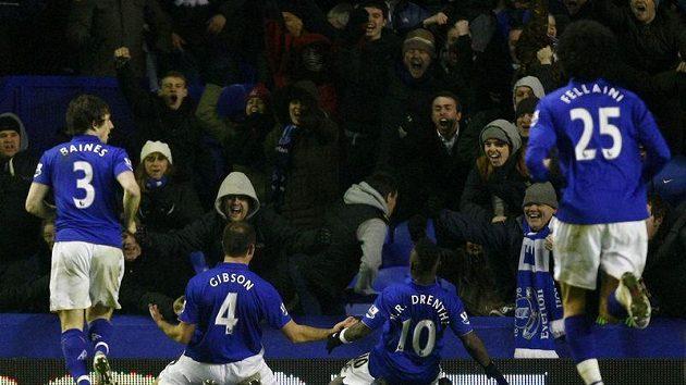 Fotbalisté Evertonu se radují z gólu