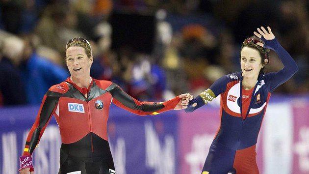 Martina Sáblíková a Němka Claudia Pechsteinová v cíli závodu Světového poháru na 5000 metrů v nizozemském Heerenveenu.