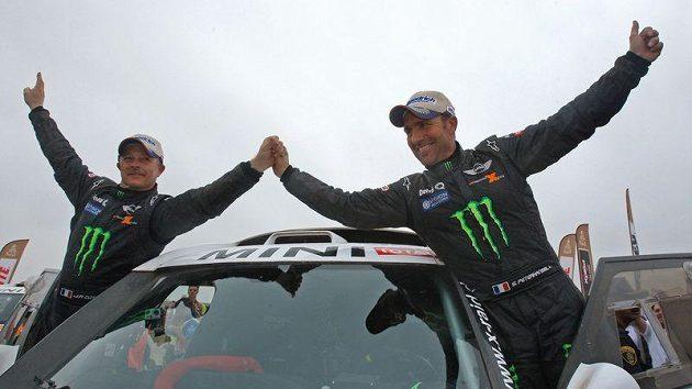 Stéphane Peterhansel (vpravo) oslavuje se svým navigátorem Jeanem Paulem Cottretem triumf na Rallye Dakar. Francouz letos vyhrál celkově podesáté, počtvrté v kategorii automobilů.