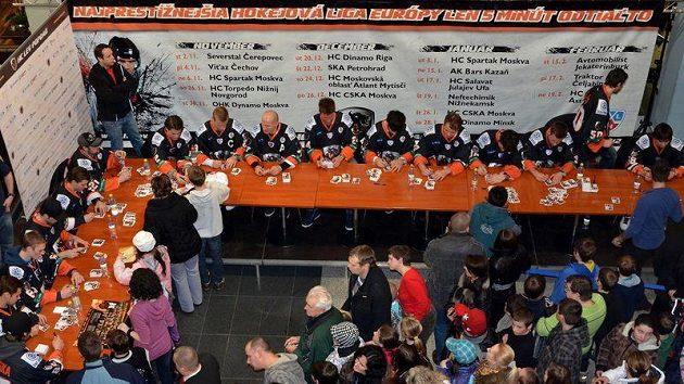 Hokejisté bývalého popradského Lva při autogramiádě s fanoušky. Ilustrační foto.