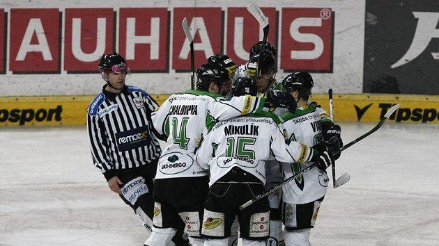 Hokejisté Mladé Boleslavi se radují z branky.