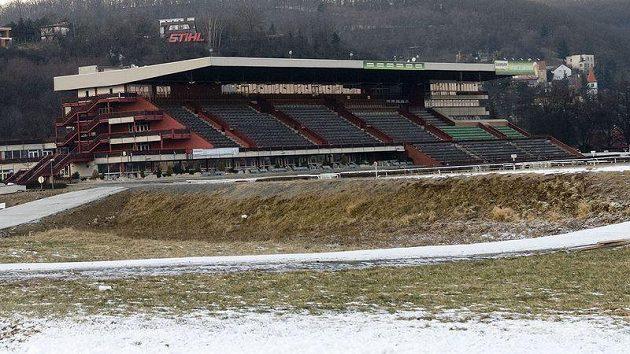 Na dostihovém závodišti v Praze - Velké Chuchli se připravuje lyžařský běžecký okruh.