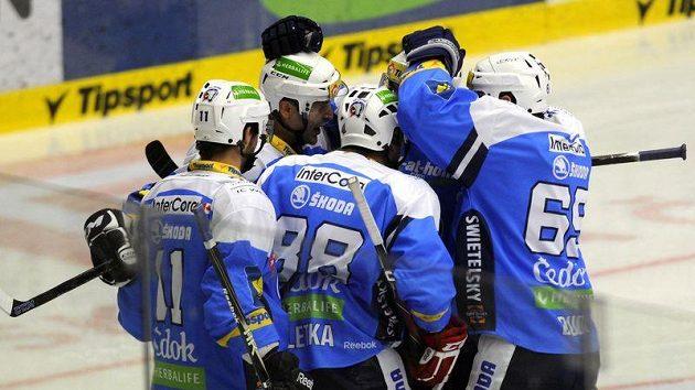 Plzeňští hokejisté tlačí na Spartu, která drží první místo.