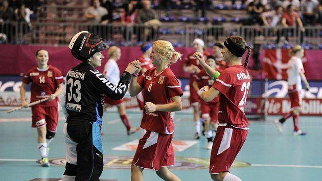 České florbalistky (zleva) Lenka Kubíčková, Hana Lacková a Adéla Bočanová oslavují čtvrtfinálovou výhru nad Dánskem.