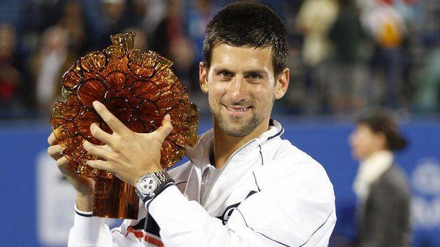 Novak Djokovič s trofejí pro vítěze exhibičního turnaje v Abú Zabí.