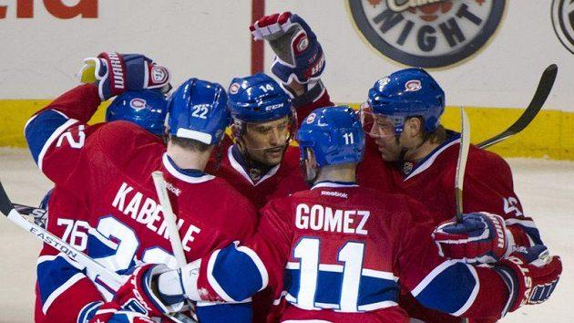 Tomáš Plekanec (uprostřed) se raduje se spoluhráči z gólu do sítě Winnipegu.