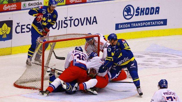 Čeští hokejisté brání šanci Švédů v utkání Channel One Cupu v Chomutově.