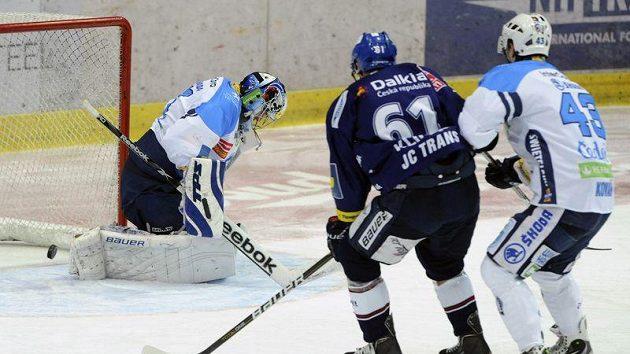 Plzeňský brankář Adam Svoboda pouští druhou branku, zprava jsou jeho spoluhráč Jan Kovář a vítkovický hráč Lukáš Klimek.