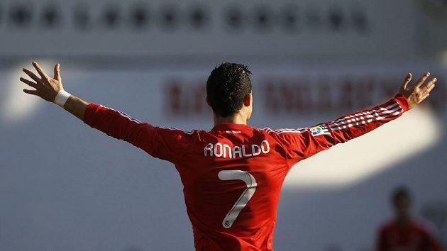Cristiano Ronaldo slaví gól, který pomohl k výhře realu nad týmem Rayo Vallecano.