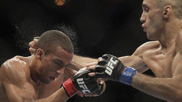 Zápasník MMA Edson Barbosa (vlevo) v zápase s Terry Etimem při bojovém šampionátu UFC v Riu.