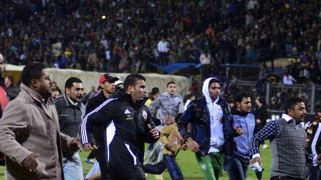 Fotbaloví fanoušci vnikají na plochu stadiónu v Port Saíd.
