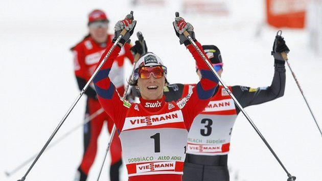 Norská běžkyně na lyžích Marit Björgenová oslavuje triumf ve sprintu na Tour de Ski v italském Toblachu.