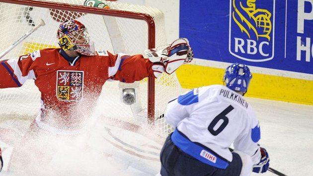 Brankář Petr Mrázek zasahuje proti střele, kterou vyslal Teemu Pulkkinen.
