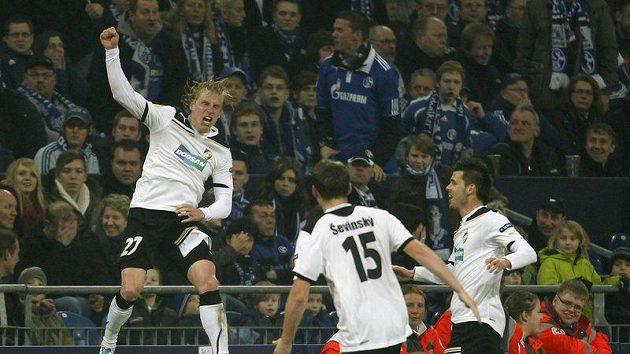 František Rajtoral (vlevo) oslavuje vyrovnávací gól Plzně na hřišti Schalke 04.