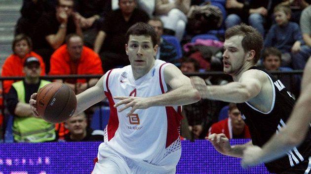 Nymburský basketbalista Petr Benda (vlevo) - ilustrační foto.