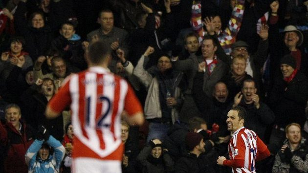 Matthew Etherington (vpravo) oslavuje vítězný gól Stoke City v duelu s Tottenhamem.