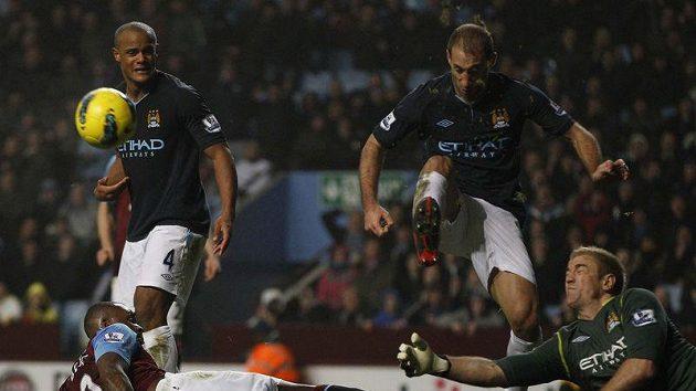Brankář Manchesteru City Joe Hart zasahuje během utkání s Aston Villou.