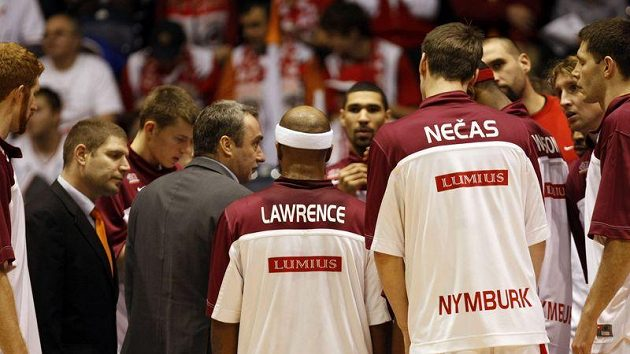 Basketbalisté Nymburka poslouchají pokyny trenéra Ginzburga