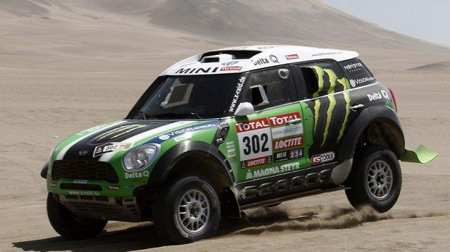 Stéphane Peterhansel s vozem Mini Monster při předposlední etapě Rallye Dakar.