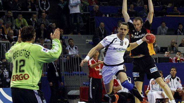 Český házenkář Jan Filip (v bílém) střílí gól v utkání s Německem na ME v Srbsku.