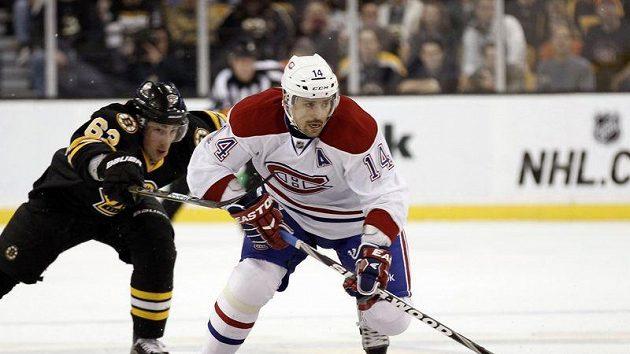 Tomáš Plekanec se probíjí obranou Bostonu.